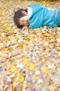落ち場の上に横になる子供の写真素材 [FYI00263782]