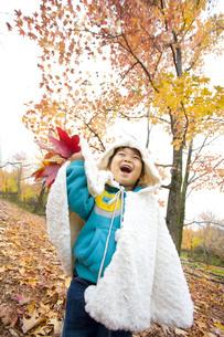 紅葉と元気に遊ぶ子供の写真素材 [FYI00263818]