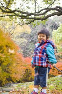 秋の行楽と笑顔の子供の写真素材 [FYI00263822]