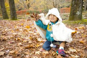 落ち葉を持つ子供の写真素材 [FYI00263824]