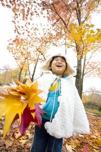 嬉しそうに葉っぱを持つ子供の写真素材 [FYI00263827]