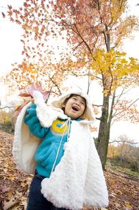 紅葉と元気に遊ぶ子供の写真素材 [FYI00263829]