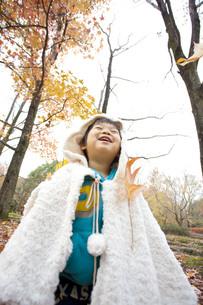 紅葉と子供の写真素材 [FYI00263840]