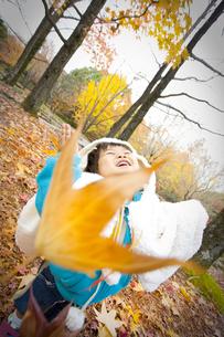 落ち葉と子供の写真素材 [FYI00263842]
