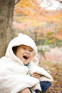 紅葉と笑顔の子供の写真素材 [FYI00263851]
