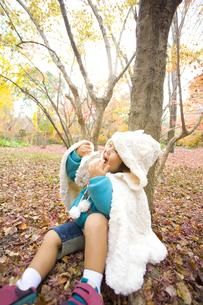 紅葉と楽しむ子供の写真素材 [FYI00263857]