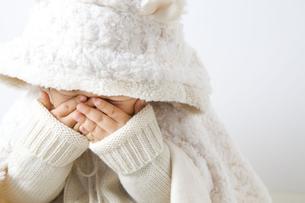 顔を隠す子供の写真素材 [FYI00263918]