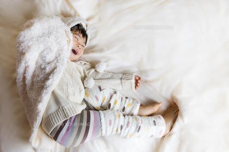布団の上ではしゃぐ子供の写真素材 [FYI00263919]