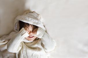 目を隠すせ笑顔の子供の写真素材 [FYI00263937]