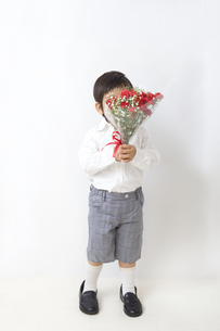 花束で顔を隠す子供の写真素材 [FYI00264058]