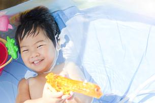 楽しそうに水遊びする子供の写真素材 [FYI00264416]