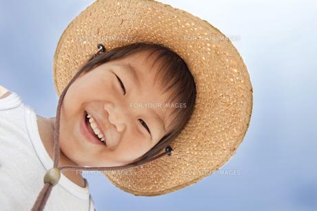 青空と笑顔の子供の写真素材 [FYI00264483]