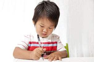 一生懸命に字を書く子供の素材 [FYI00264531]