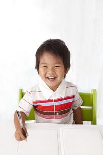 勉強する笑顔の子供の写真素材 [FYI00264538]