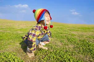 草原で遊ぶ子供の写真素材 [FYI00264679]