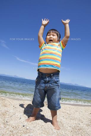 ビーチで楽しく遊ぶ子供の写真素材 [FYI00264922]