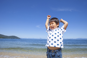 ビーチで楽しく遊ぶ子供の写真素材 [FYI00264935]