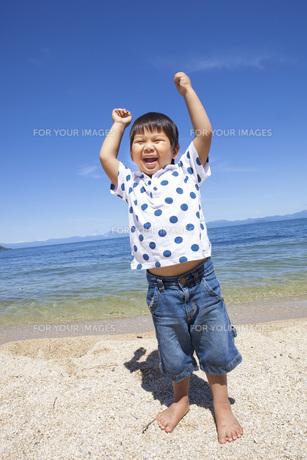 ビーチで楽しく遊ぶ子供の写真素材 [FYI00264938]