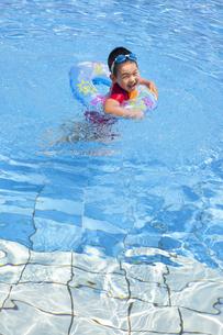 元気にプールで泳ぐ子供の写真素材 [FYI00265097]