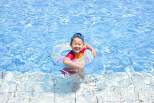 元気にプールで泳ぐ子供の写真素材 [FYI00265101]