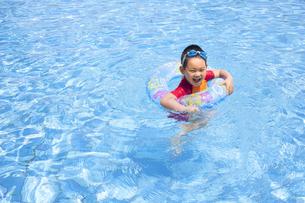 元気にプールで泳ぐ子供の写真素材 [FYI00265104]
