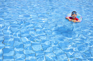 プールで楽しく遊ぶ子供の写真素材 [FYI00265109]