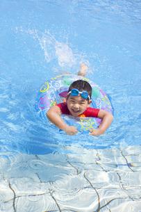 元気にプールで泳ぐ子供の写真素材 [FYI00265111]