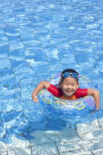 楽しくプールで泳ぐ子供の写真素材 [FYI00265114]