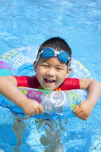元気にプールで泳ぐ子供の写真素材 [FYI00265124]