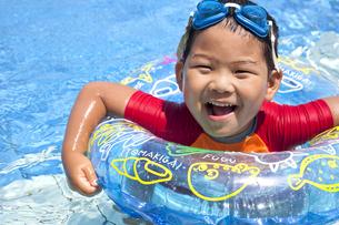 元気にプールで泳ぐ子供の写真素材 [FYI00265131]