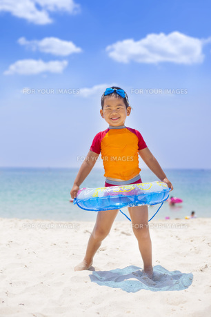 海で遊ぶ元気な子供の素材 [FYI00265141]