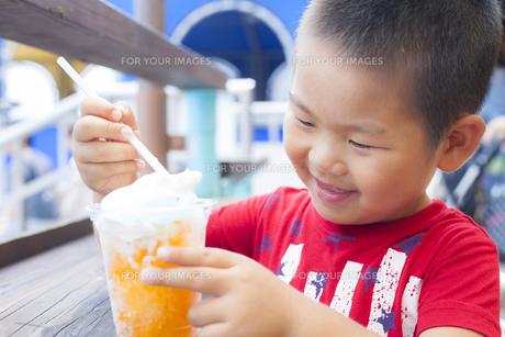 笑顔でアイスクリームを食べる子供の素材 [FYI00265156]