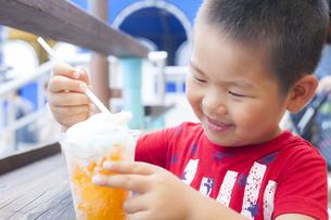 笑顔でアイスクリームを食べる子供の写真素材 [FYI00265156]