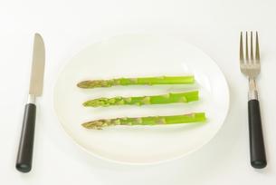 アスパラガスを食すの写真素材 [FYI00265338]