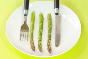 アスパラガスを食べるの写真素材 [FYI00265363]