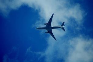 青空と飛行機の写真素材 [FYI00265453]
