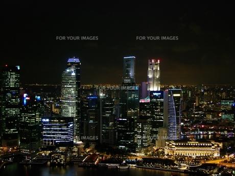 マリーナ・ベイ・サンズから見たシンガポールの夜景の写真素材 [FYI00265474]