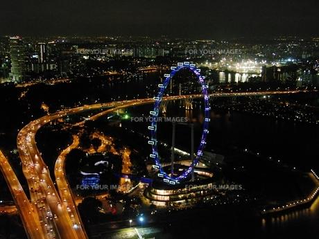 マリーナ・ベイ・サンズから見たシンガポールフライヤーの写真素材 [FYI00265476]