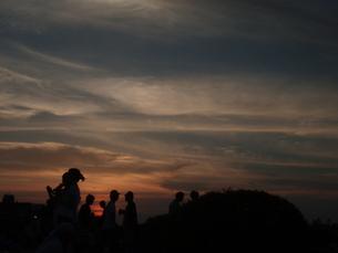 夏の夕焼と人影の素材 [FYI00265606]