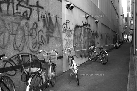 路地と落書きと自転車の素材 [FYI00265620]