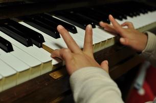小さなピアニストの写真素材 [FYI00266121]