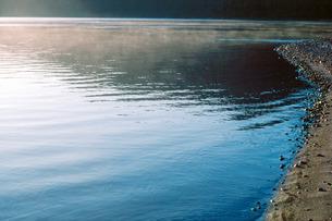 早朝の水辺の写真素材 [FYI00266442]