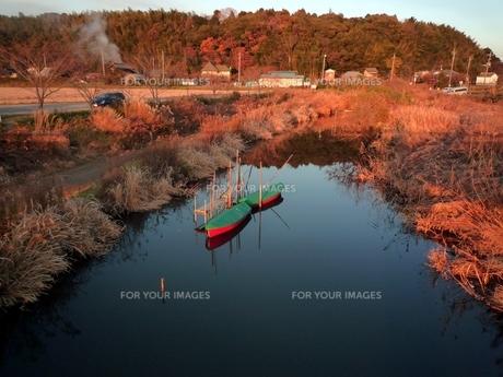 秋の夕暮れと釣舟の写真素材 [FYI00266630]