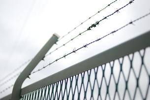 曇り空と有刺鉄線の写真素材 [FYI00266671]