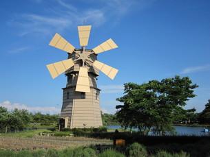 風車と池の写真素材 [FYI00266697]