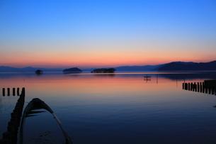 湖畔の夕景の写真素材 [FYI00266729]