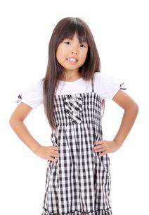 腰に手を当てる女の子の写真素材 [FYI00267931]