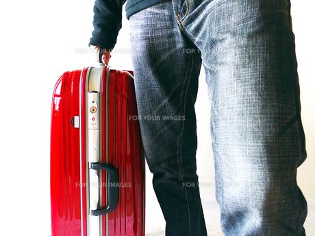 旅行鞄を運ぶ男性の素材 [FYI00268859]