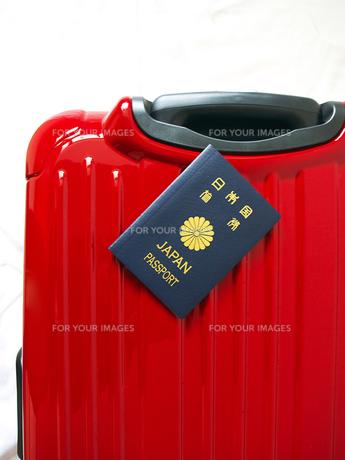 スーツケースとパスポートの素材 [FYI00268861]