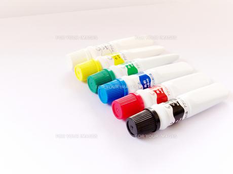 画用紙と6色のアクリル絵の具の写真素材 [FYI00268887]